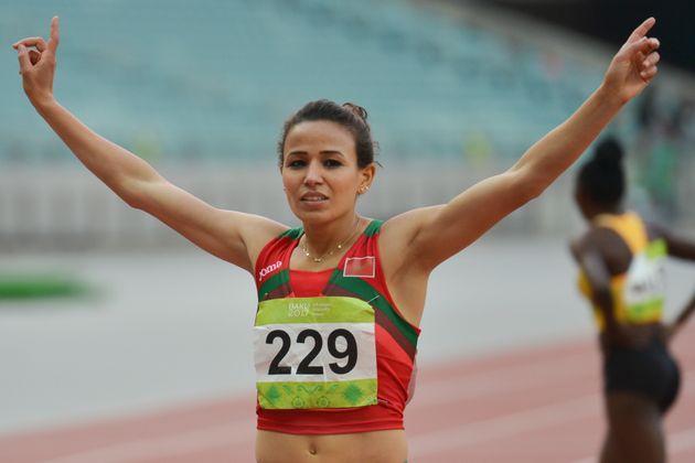 La Marocaine Malika Akkaoui célèbre sa victoire en finale du 800m féminin, lors...