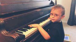Είναι έξι ετών κι έμαθε να παίζει πιάνο μόνος του - Επίσης είναι
