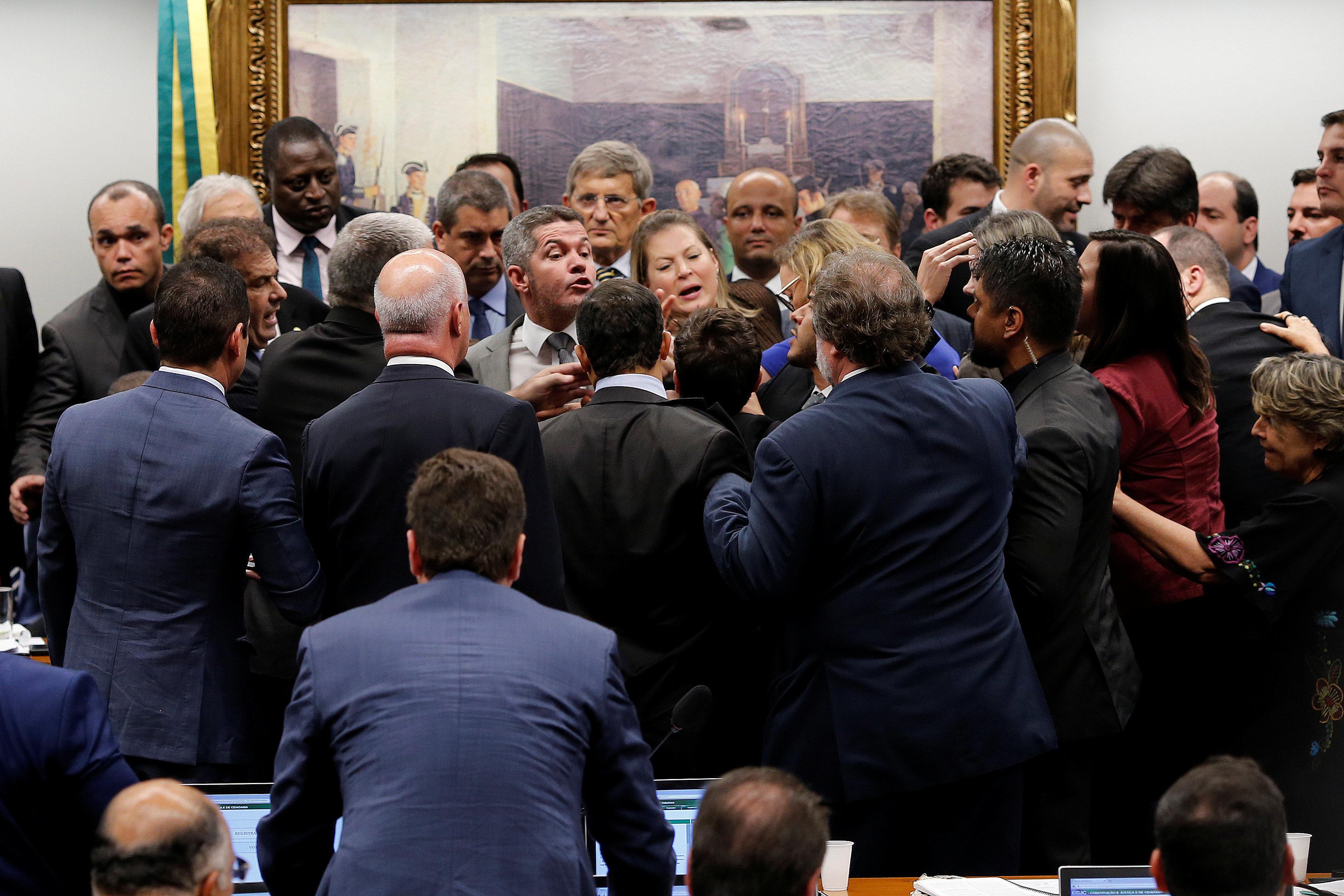 'Tem um deputado armado na sua frente': Câmara vive mais uma