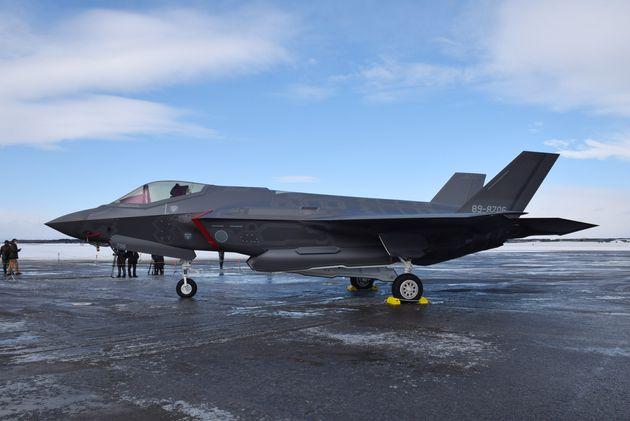 配備先の三沢基地に到着した航空自衛隊の最新鋭ステルス戦闘機F35A=2018年1月26日、青森県三沢市