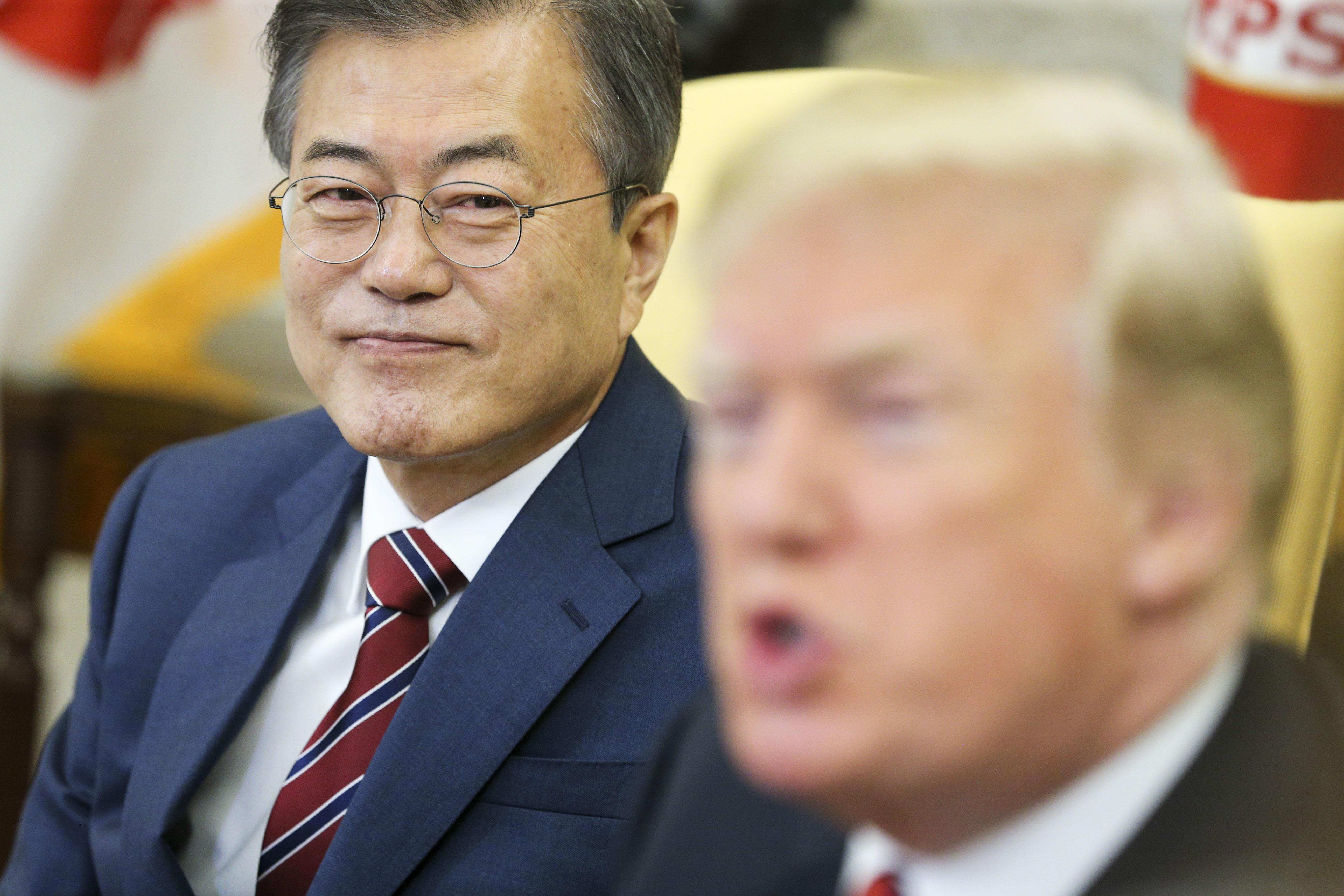 사진은 2018년 5월, 미국을 방문한 문재인 대통령이 백악관에서 회담을 앞두고 도널드 트럼프 미국 대통령의 발언을 경청하는 모습. 미국, 워싱턴DC. 2018년