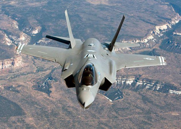 飛行するF-35戦闘機