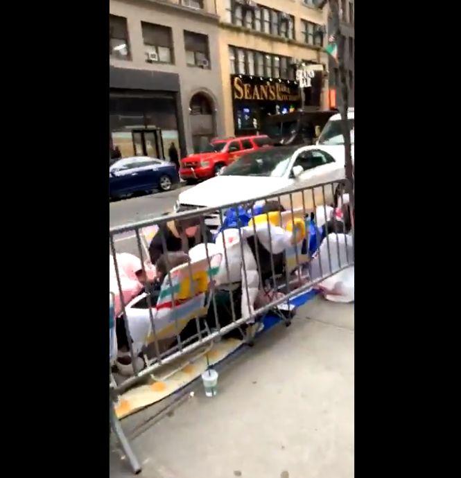 방탄소년단 팬들이 미국 NBC 앞에 몰려든
