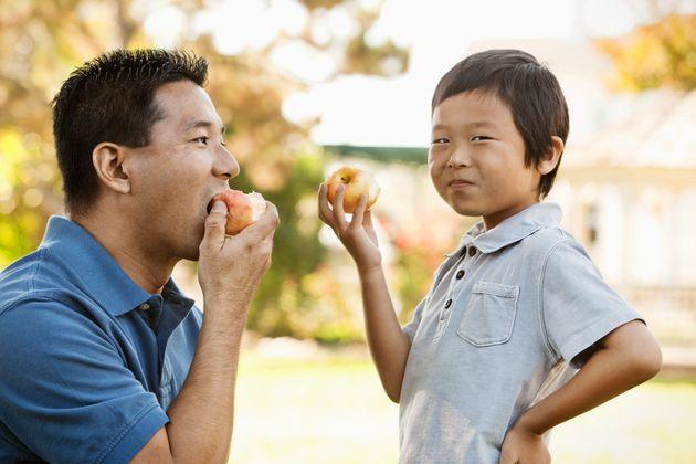 りんごを食べる親子 イメージ写真