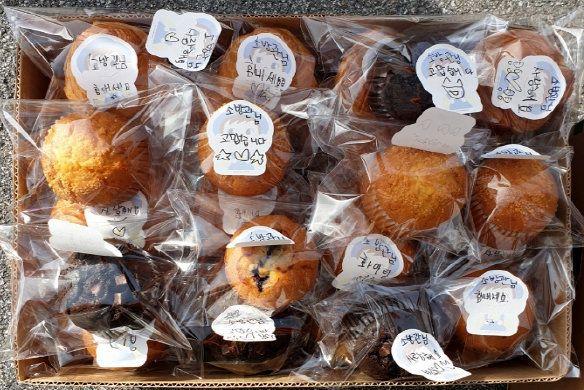 지난 7일 오후 강원 인제소방서 인제119안전센터에 한 익명의 시민이 전달한 '소방관님들 고생하셨어요' 등 문구가 담긴 빵 박스 모습. (인제소방서
