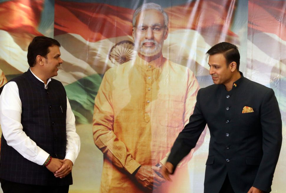 Maharashtra chief minister Devendra Fadnavis (left) with Oberoi at the trailer release of 'PM Narendra Modi'.