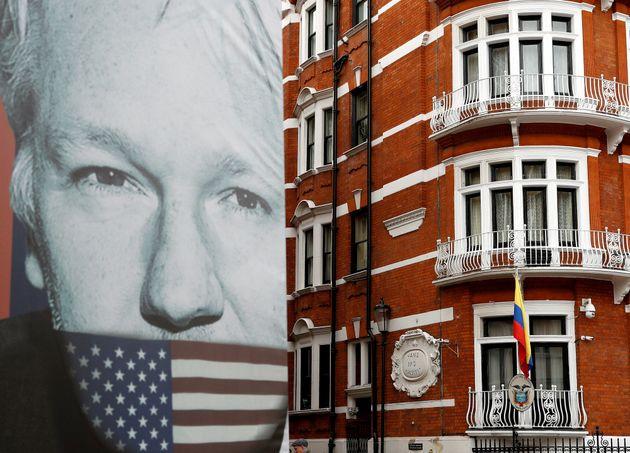 Wikileaks denuncia que Assange está siendo espiado en la Embajada