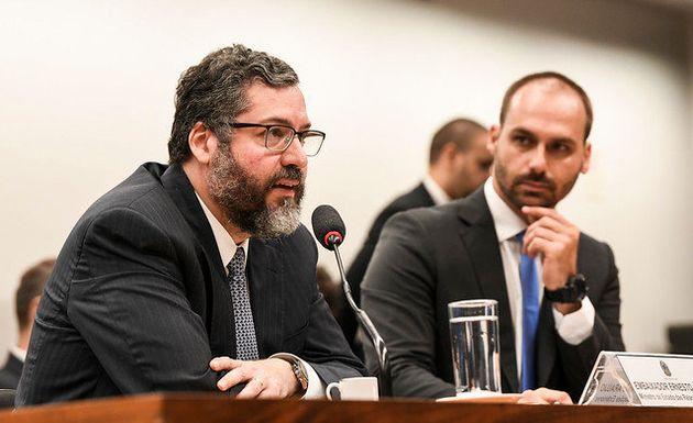 Ernesto Araújo ao lado de Eduardo Bolsonaro, filho do presidente Jair Bolsonaro e presidente da...