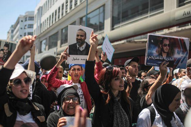 Des manifestants participent à une marche dénonçant de lourdes condamnations à...