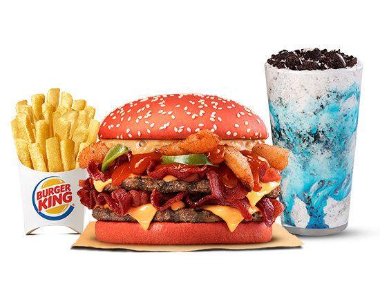O novo sanduíche vem com pão vermelho, hambúrguer, queijo, bacon, jalapeño e molho furioso. Já o shake é de sorvete de baunilha com calda azul e Oreo.