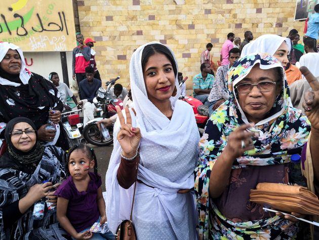 Soudan: La femme en blanc devenue l'icône de la