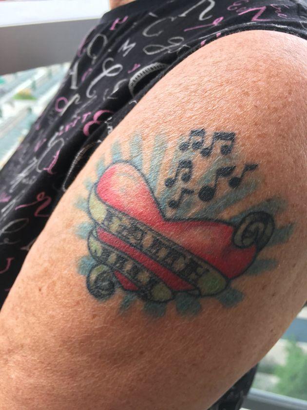 60歳の誕生日に入れたタトゥー。ハートのデザインに、フェイスとジルの名前が入っている