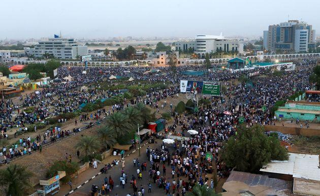 Des manifestants soudanais se rassemblent pour assister à un rassemblement de protestation demandant...