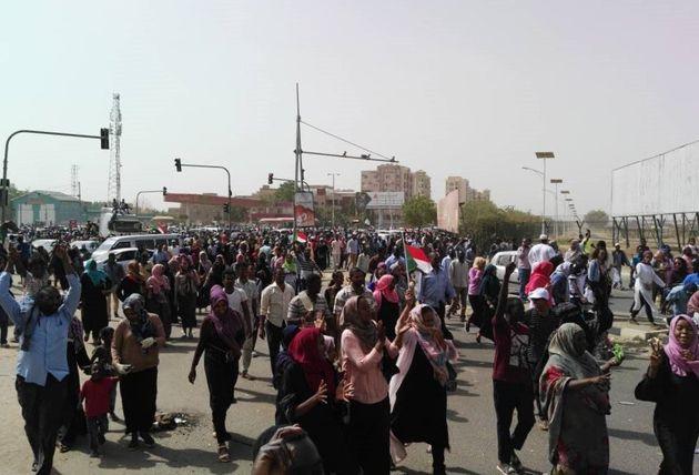 Soudan: la foule en liesse, convaincue de la chute du régime (Photo prise le jeudi 11 avril 2019...