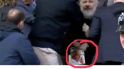 Quel livre tenait Julian Assange au moment de son