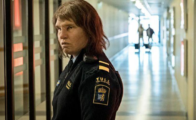 Eva Melander como a policial Tina, uma mulher isolada por sua aparência
