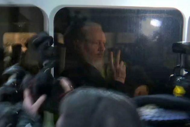 Julian Assange, fondateur de WikiLeaks arrêté par la police