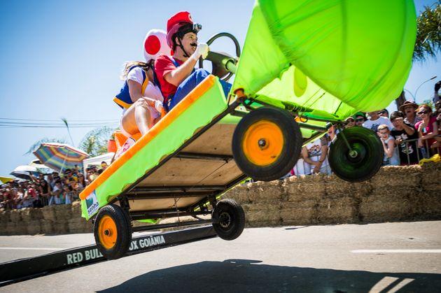 A equipe Dinossauro Antropomórfico participa de uma edição da corrida que aconteceu...
