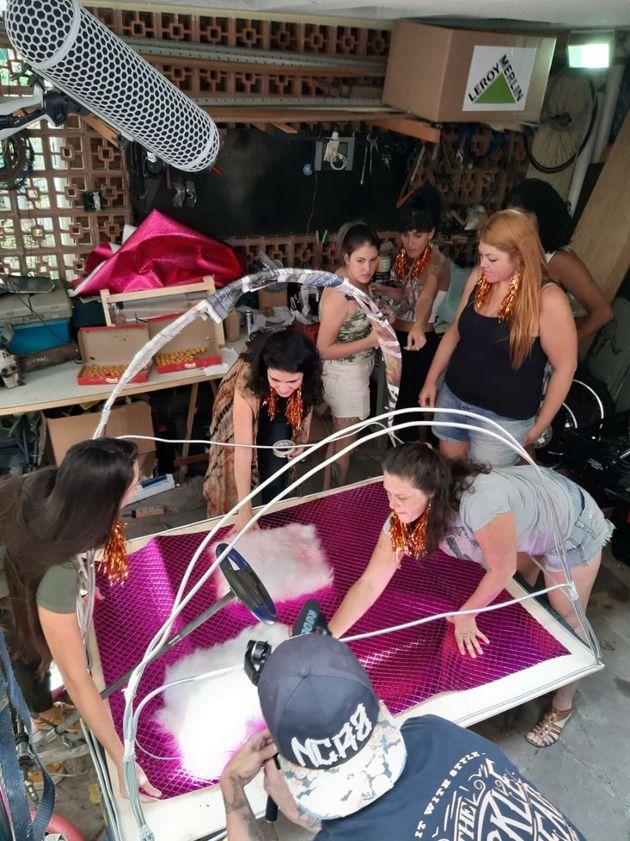 Única equipe formada apenas por mulheres, aEl Crazy Bra monta o seu carro, um sutiã