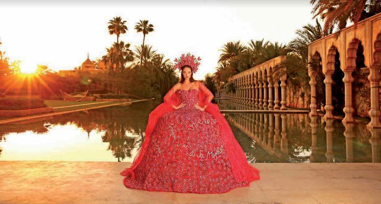 Une styliste française dévoile une robe en hommage au roi et à son pays de
