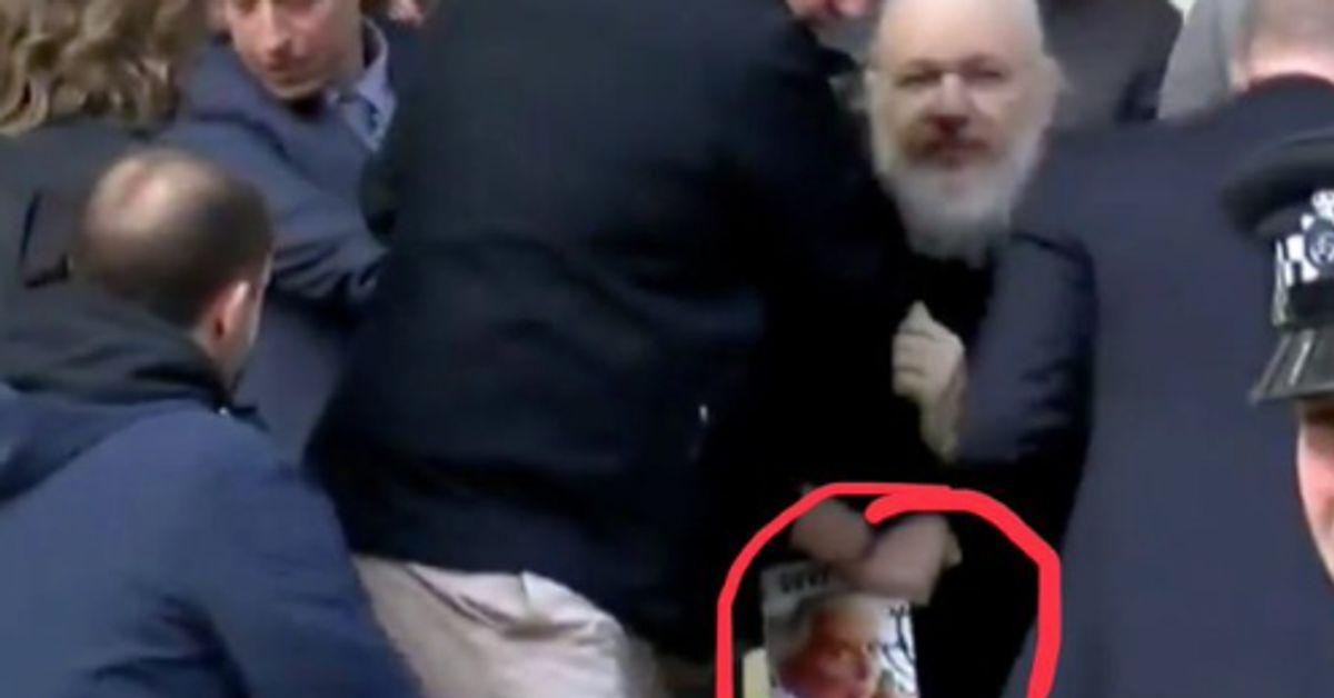 Voici le livre que tenait Julian Assange pendant son arrestation