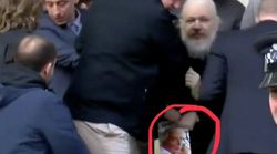 Voici le livre que tenait Julian Assange pendant son