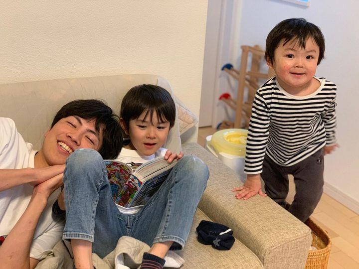 家族留学先のお子さんと遊ぶ様子