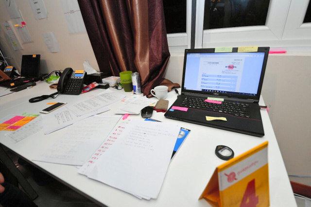 タイ警察当局が家宅捜索に入った直後のグループの拠点。ノートパソコンや電話、多数の書類が机の上にあった=3月29日、タイ中部パタヤ郊外(タイ警察提供)