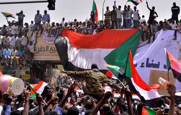 수단 군부가 30년 독재 대통령을 끌어내렸다. 시민들은 민주정부를