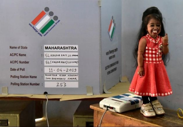 Η πιο μικροσκοπική γυναίκα του πλανήτη ψηφίζει στις μεγαλύτερες δημοκρατικές εκλογές της