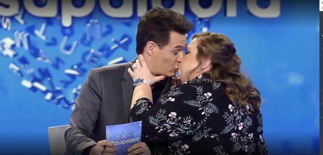 El insólito momento en 'Pasapalabra': una invitada famosa besa en la boca a Christian