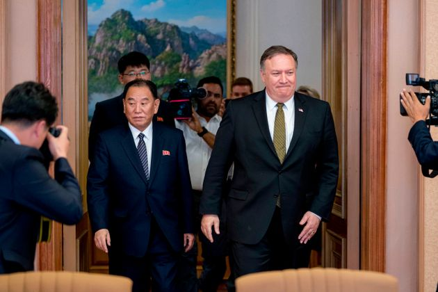 북한 평양을 방문한 마이크 폼페이오 미국 국무장관과 함께 회담장에 들어서는 김영철 통일전선부장. 2018년