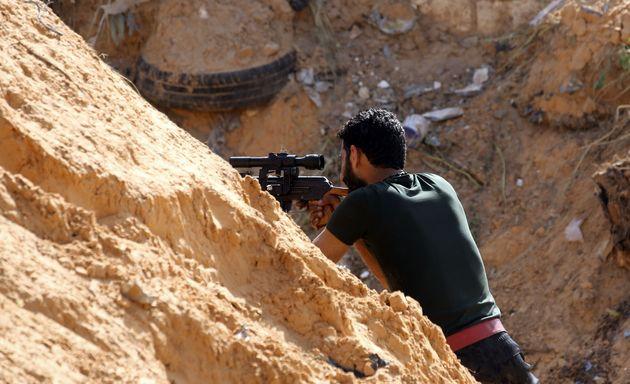 10 Απριλίου 2019. Ενοπλοι συγκρούονται στα νότια προάστια της Τρίπολης, στην Λιβύη.