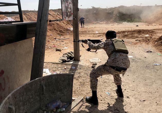 10 Απριλίου 2019. Ενοπλοι συγκρούονται στα νότια προάστια της Τρίπολης, στην Λιβύη. Eδώ στρατιώτες των κυβερνητικών δυνάμεων που υπερασπίζονται την πρωτεύουσα.