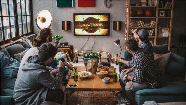 """Beaucoup d'amis se retrouvent le lundi pour regarder le dernier épisode de """"Game of Thrones""""... et faire la fête."""