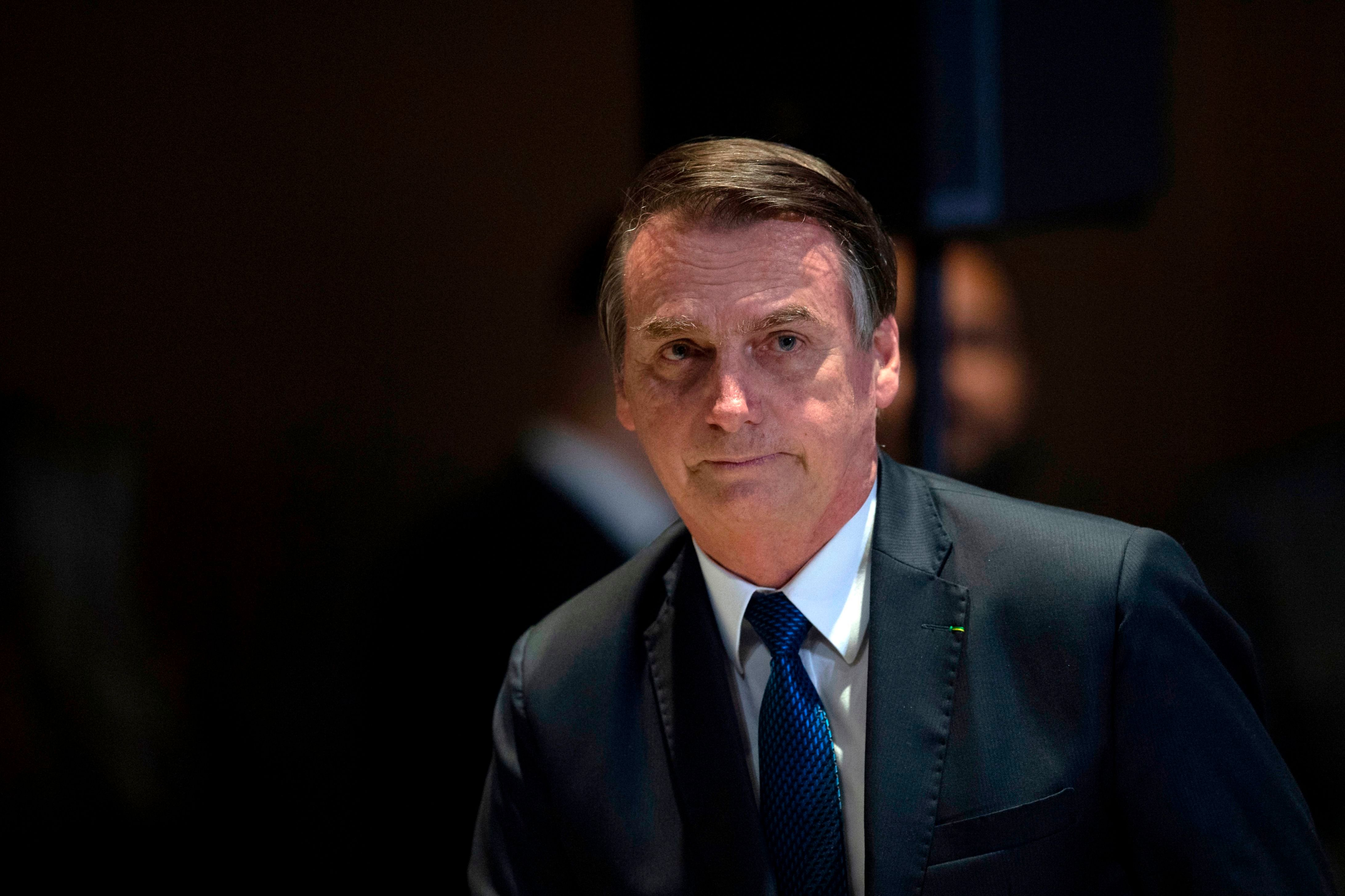 Após silêncio, Bolsonaro chama 80 tiros de 'incidente' e defende