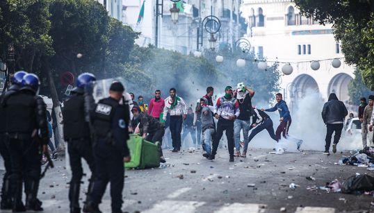 Alger: 27 policiers blessés, 108 individus interpellés