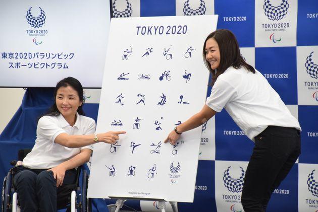 自分の競技のピクトグラムを指差す田口さん(左)と谷さん(右)