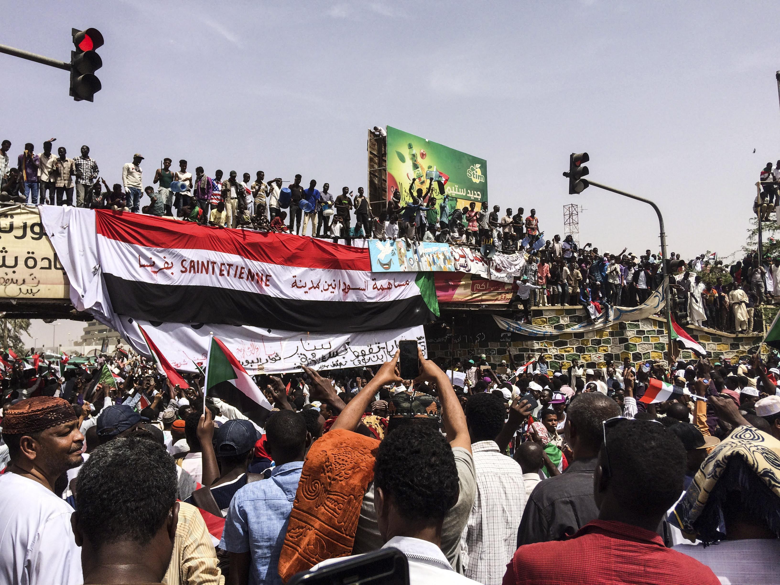 Scènes de liesse au Soudan après la démission du chef du conseil