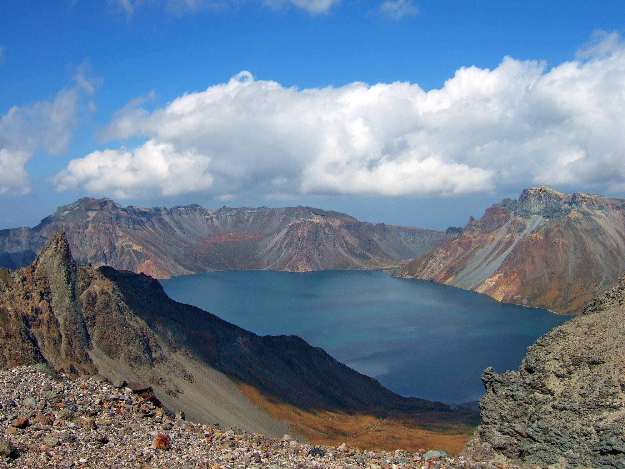 백두산 화산에서 1000년 만에 뚜렷한 분화징후가 나타나고