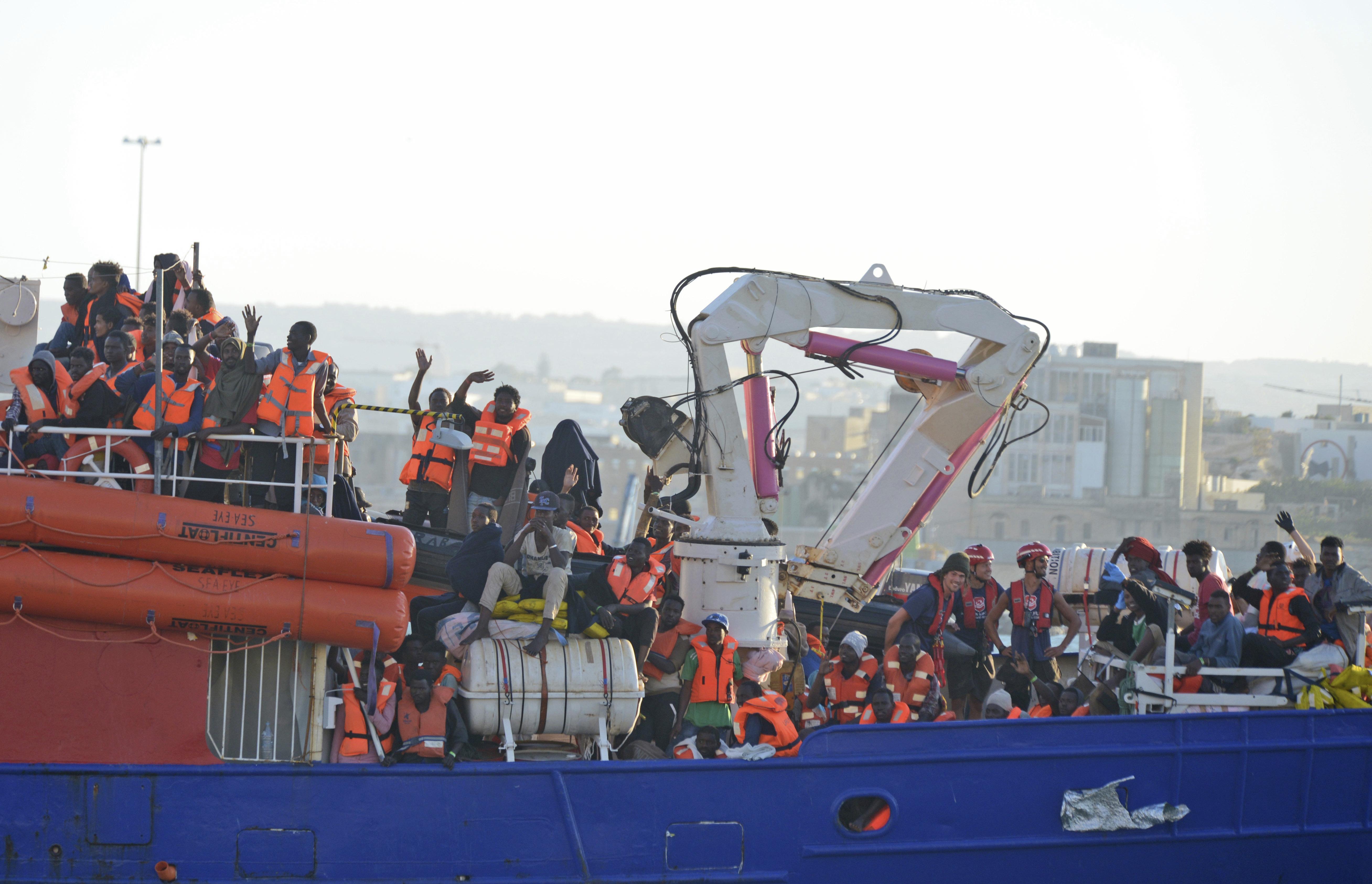 Αίσιο τέλος για τους 62 μετανάστες σε πλοίο ανοιχτά της