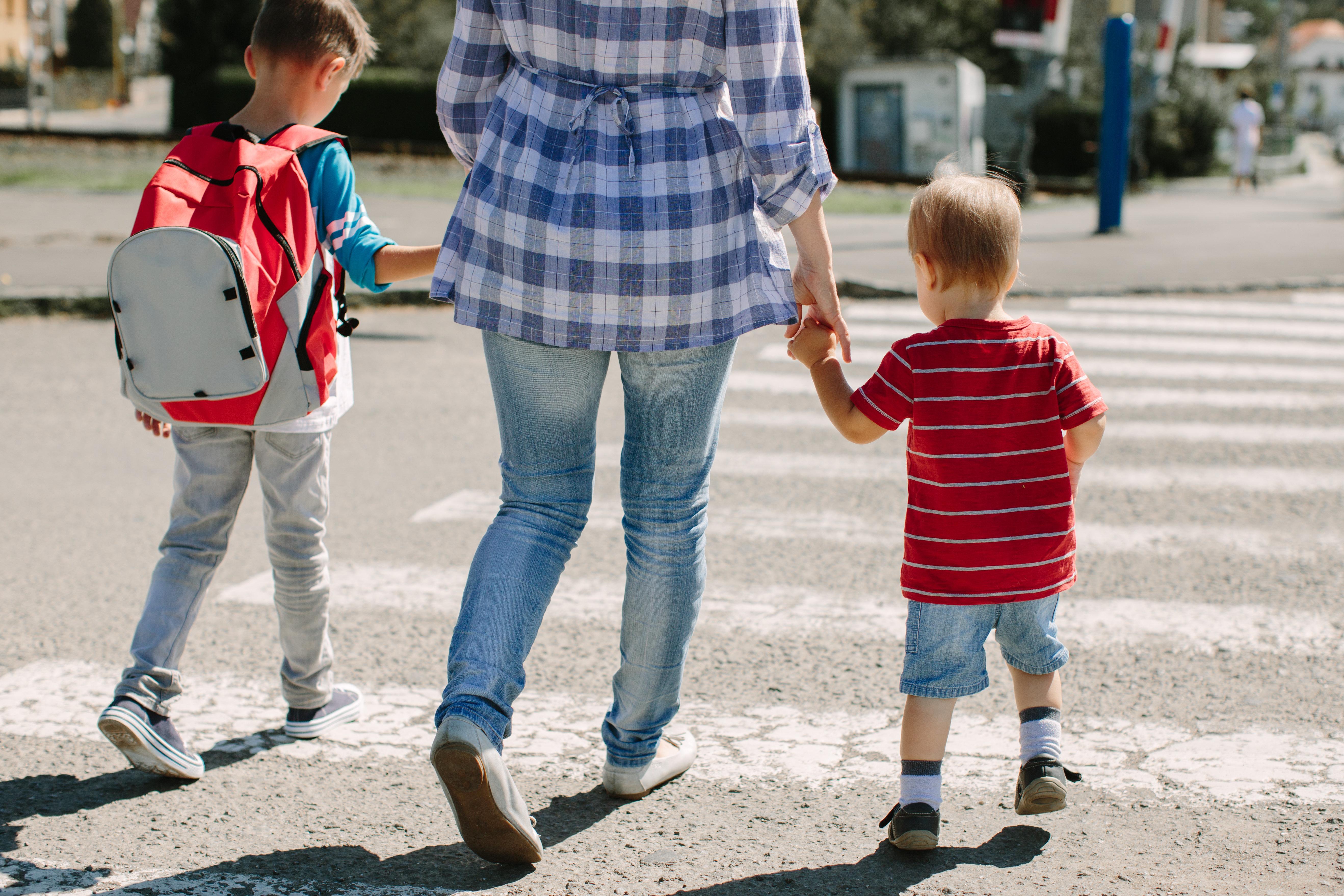 アメリカの3歳男児が突然の尿意。仕方なく駐車場でおしっこさせた妊娠中の母親、刑事責任問われる事態に