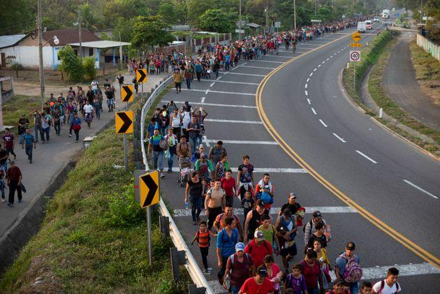 Μεξικό: Βίαιη εισβολή μεταναστών στα σύνορα με την