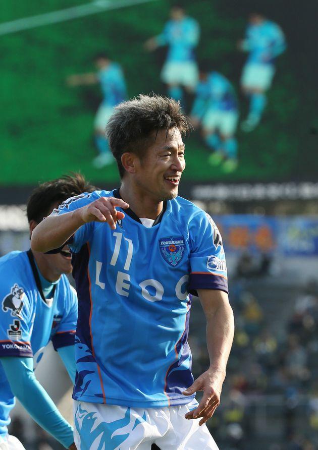 横浜FC-ザスパクサツ群馬。前半、Jリーグ史上初の50歳ゴールを決め、笑顔で「カズダンス」を披露する横浜Cの三浦知良=3月12日、ニッパツ三ツ沢球技場