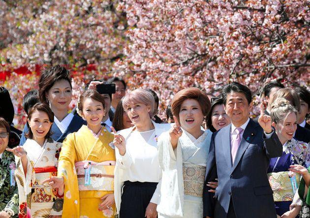 首相主催の「桜を見る会」芸能人ら約1万8200人が出席