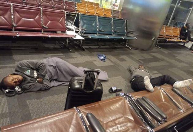 Des footballeurs kényans forcés de dormir sur le sol de l'aéroport en attendant leur vol pour le