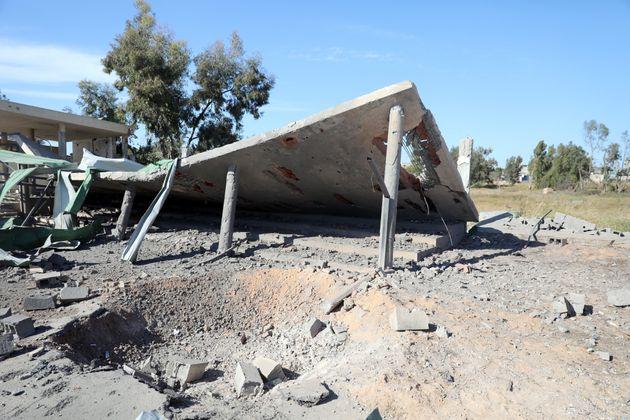Des dommages sont constatés sur une école après une frappe aérienne par un...