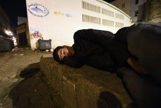 Un jeune sans-abri dans une rue de Tanger, janvier