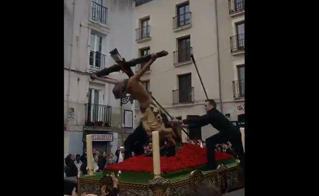 El Cristo de las Gotas de Burgos se troncha un brazo al caer en plena