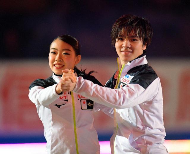 エキシビションで演技する日本チームの紀平梨花(左)と宇野昌磨=加藤諒撮影
